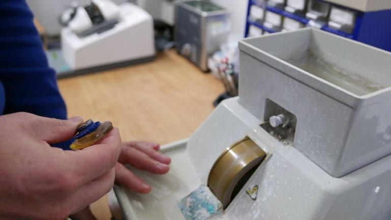 Výroba a broušení brýlových čoček na zakázku.